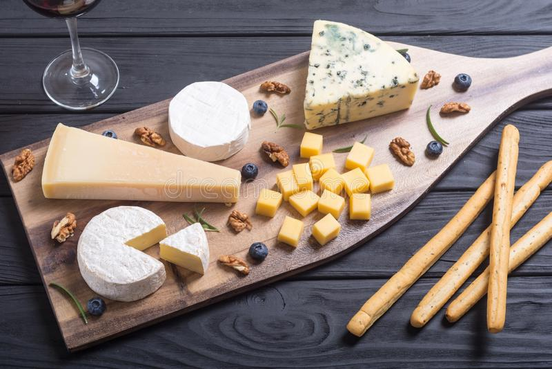 Brie, camembert, parmesan och roquefort royaltyfri foto