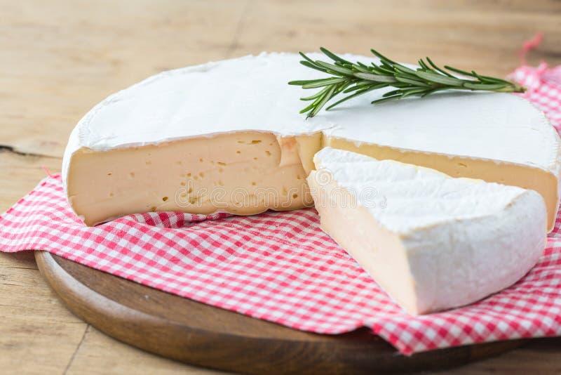 Brie Cheese Camembertkäse Frische Brie mit Kräutern und Moosbeerenbrie Camembertkäse Frische Brie stockbild