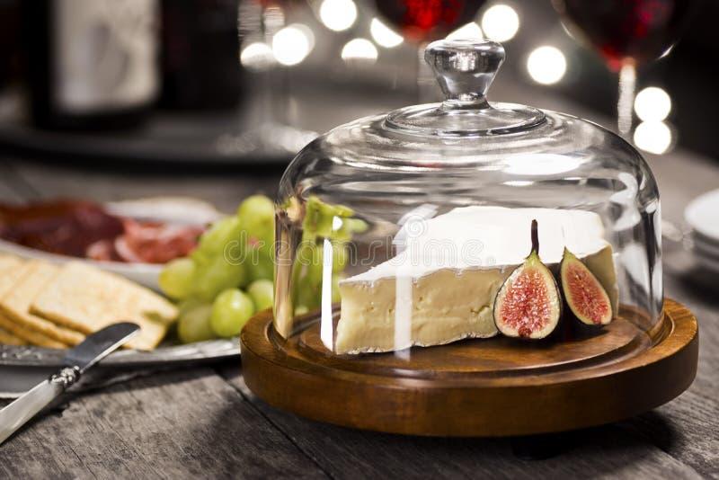 Brie Cheese und Wein für Sylvesterabende lizenzfreies stockbild