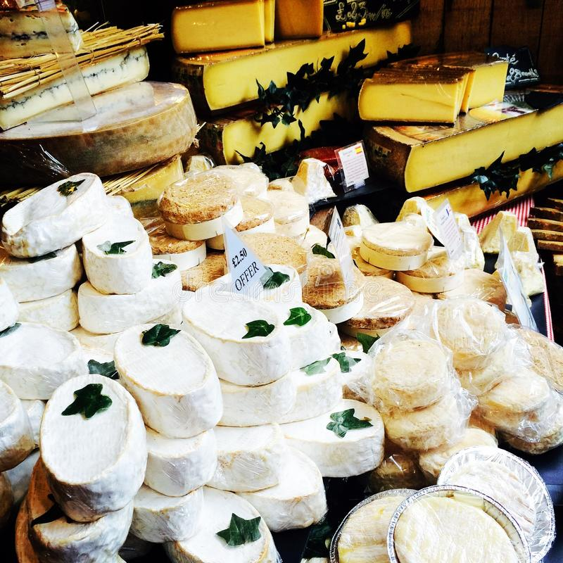 Brie do mercado dos fazendeiros dos produtos frescos do queijo imagens de stock royalty free