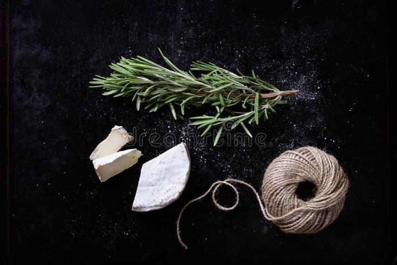 Brie mit frischen Kräutern, Schweizer Aperitif stockfotos
