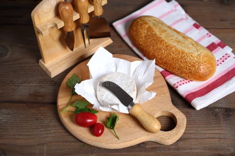 Brie nóż i ser obrazy stock