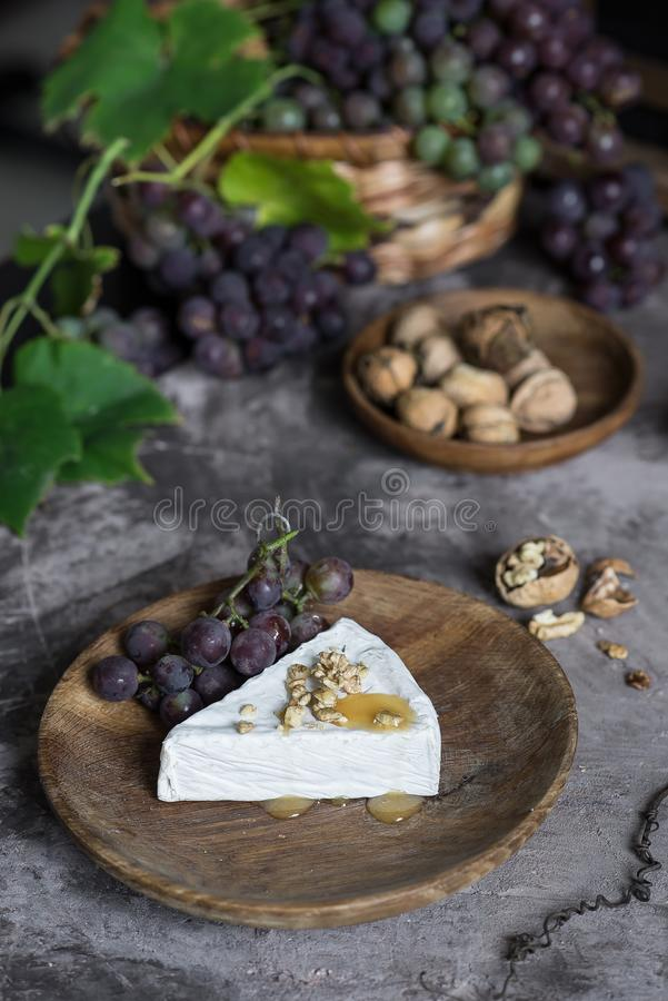 Brie serowy curd z miodem, orzechami włoskimi i winogronami, obraz stock