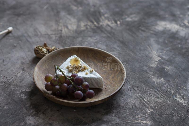 Brie serowy curd z miodem, orzechami włoskimi i winogronami, zdjęcie stock