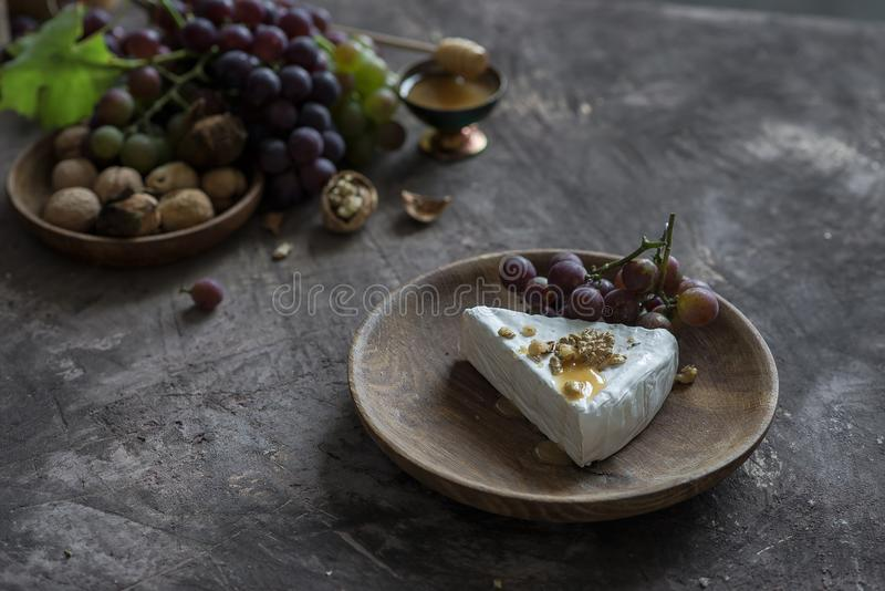 Brie serowy curd z miodem, orzechami włoskimi i winogronami, obrazy royalty free