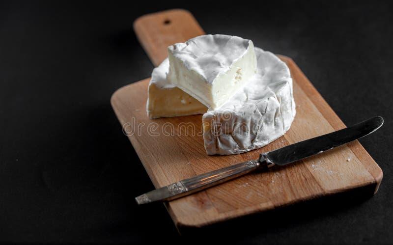 Brie su un bordo di legno immagini stock libere da diritti