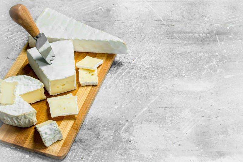 Brie su un bordo di legno fotografie stock