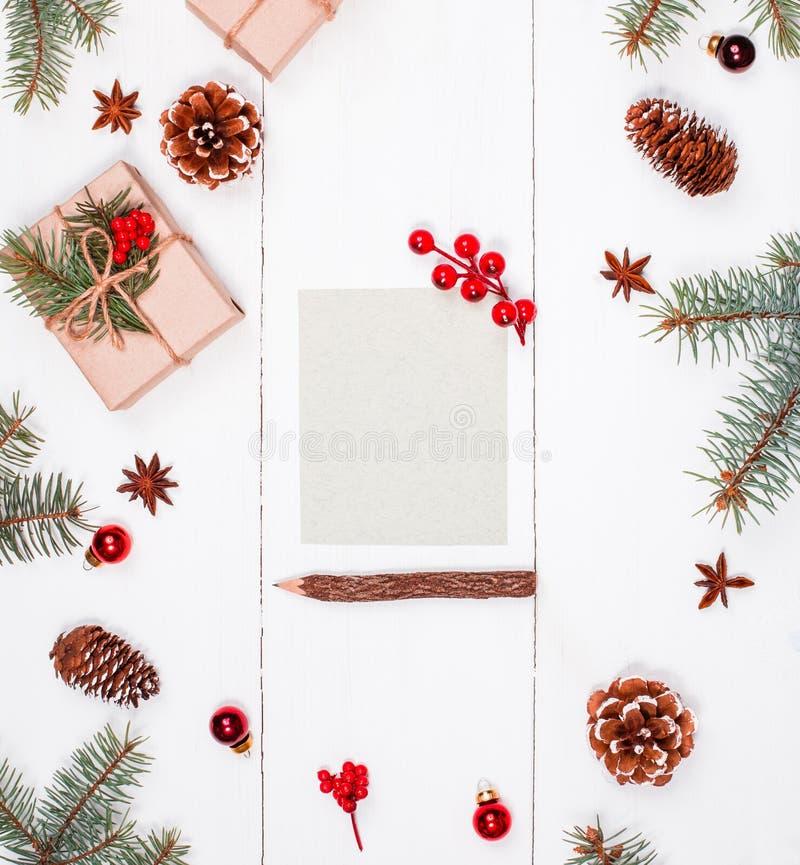 Brief aan Kerstman op vakantieachtergrond met Kerstmisgiften, Spar royalty-vrije stock foto's