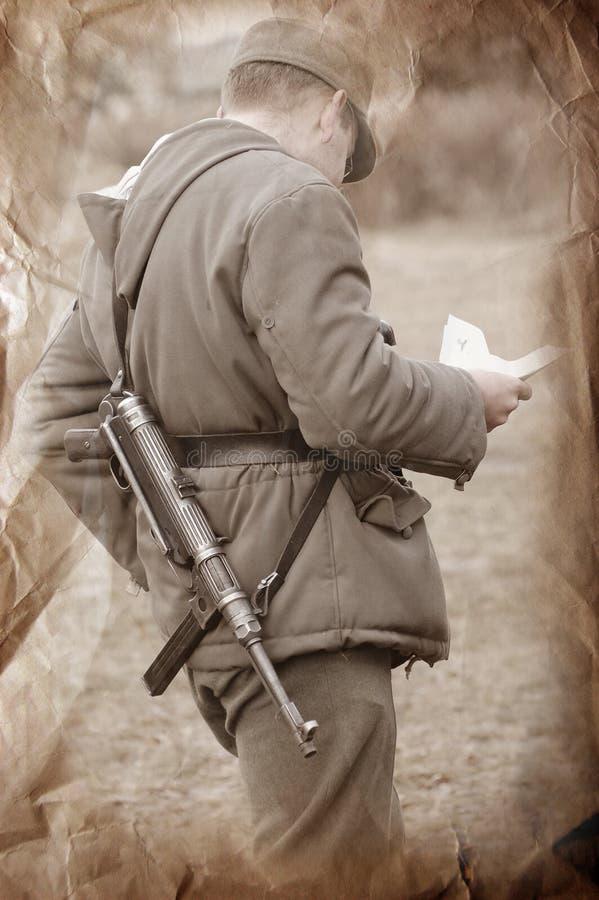 Brief aus Haus. Deutscher Soldat stockfotos