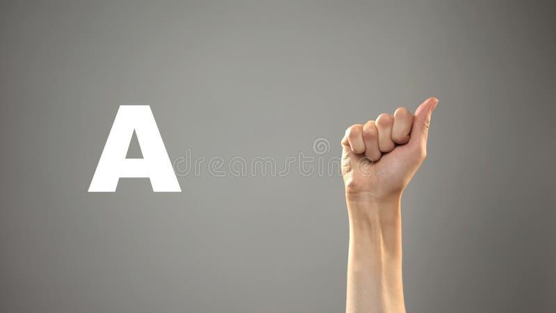 Brief A in gebarentaal, hand op achtergrond, mededeling voor doof, les royalty-vrije stock afbeelding