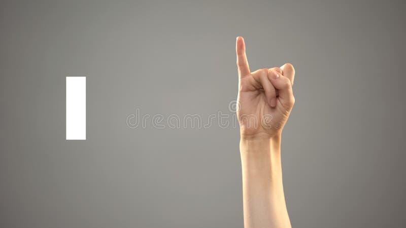 Brief I in gebarentaal, hand op achtergrond, mededeling voor doof, les stock foto