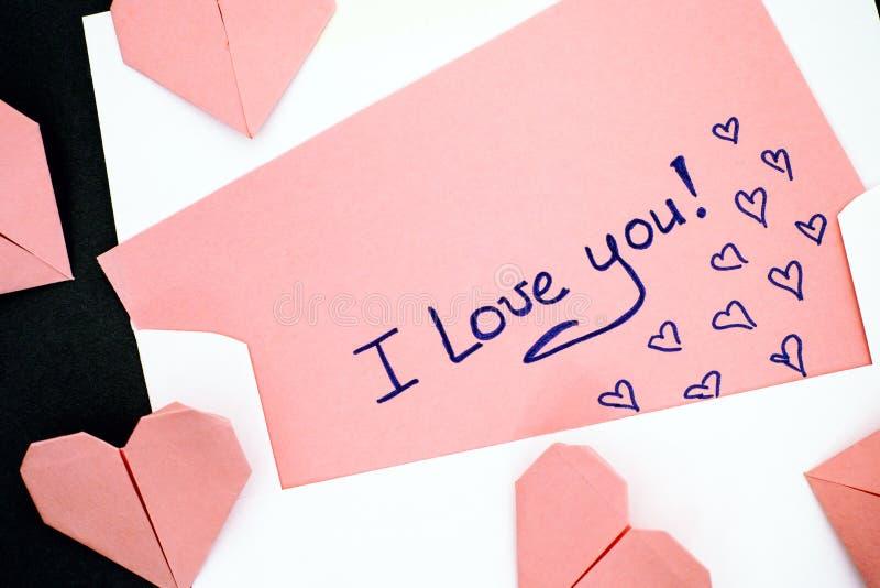 Brief met tekst I Liefde u! met envelop en roze origami hoor stock afbeeldingen
