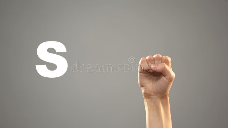Brief S in gebarentaal, hand op achtergrond, mededeling voor doof, les stock afbeelding