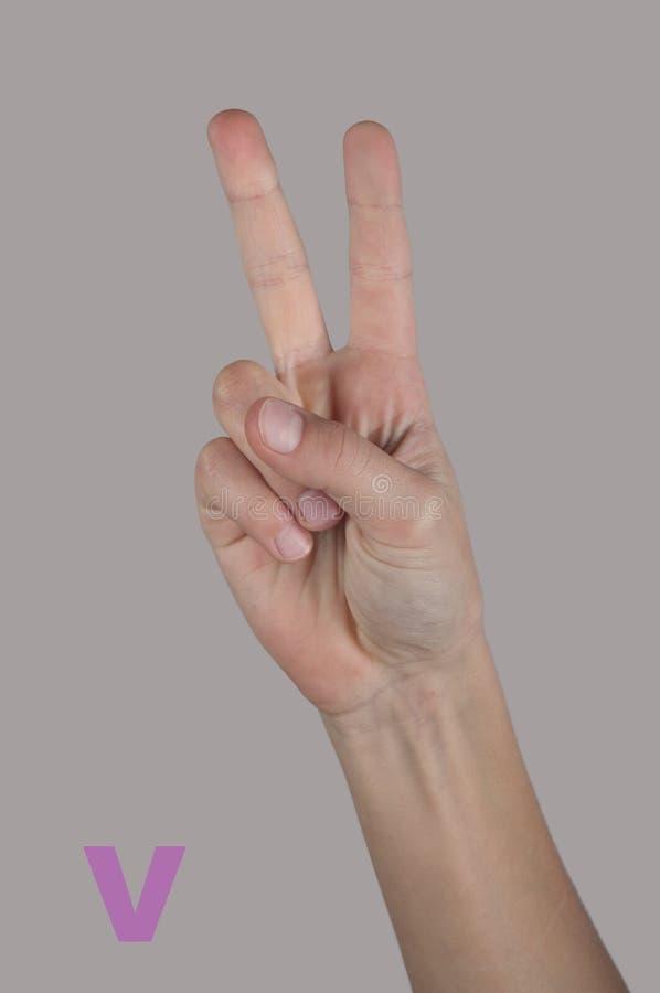 Brief V door vingers in tekenalfabet dat wordt gemaakt Overwinningssymbool stock afbeelding