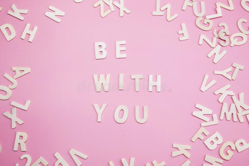 Briefe sortierend, seien Sie mit Ihnen auf Rosa lizenzfreies stockfoto