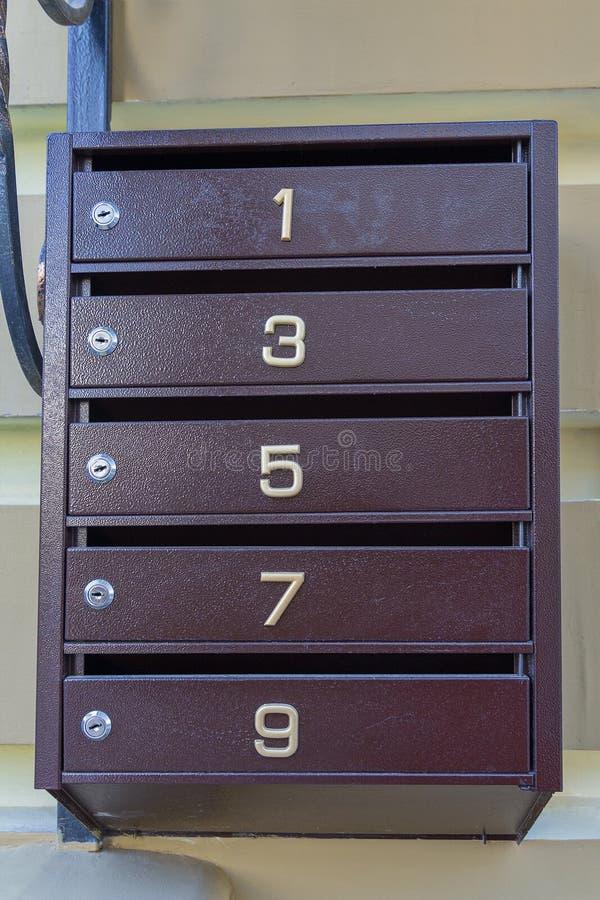 Briefkasten auf der Wand stockfoto