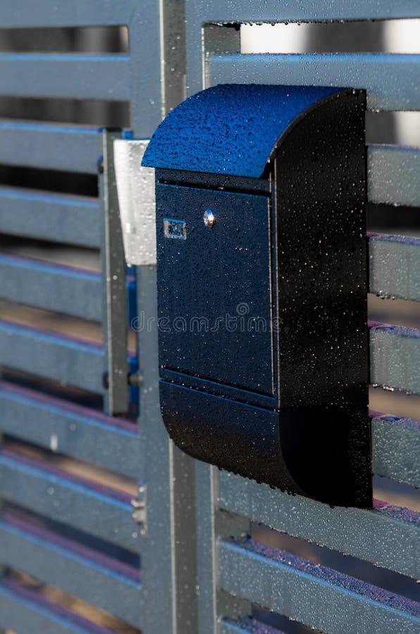 Briefkasten auf einem Hauszaun lizenzfreie stockbilder