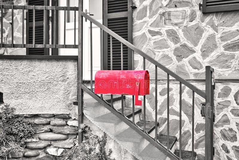 Briefkasten des Roten Hausweins Schwarzweiss-Foto Pekings, China stockfotografie