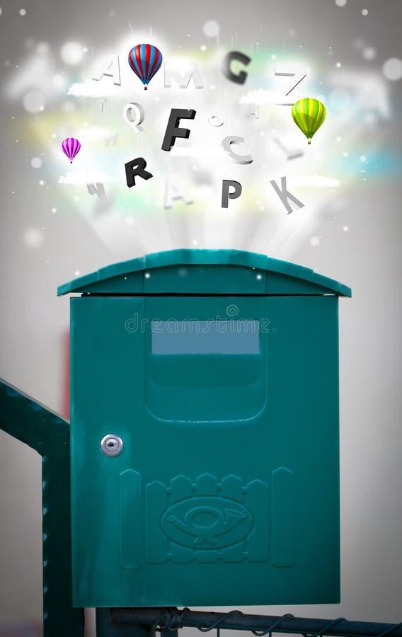 Briefkasten mit bunten Buchstaben stockfoto