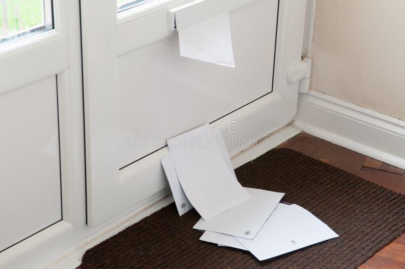 Briefkasten mit Post stockfotografie