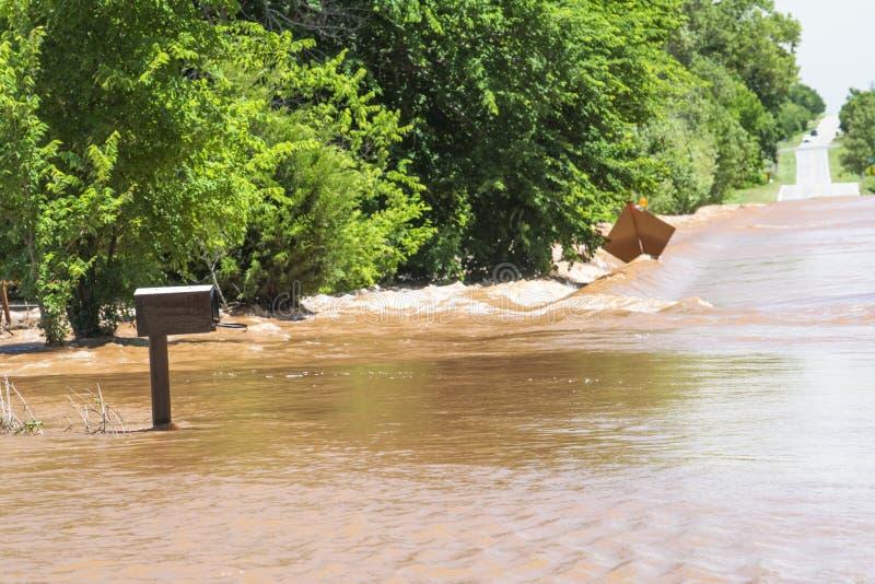 Briefkasten und Straße unter Wasser von den schweren Fluten in Mittelwesten lizenzfreie stockfotografie