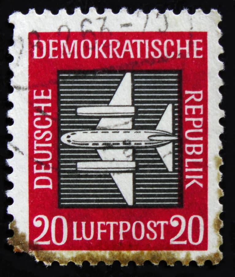 Briefmarke DDR Deutschland von der ` Luftpost ` Frage zeigt Flugzeuge, circa 1957 lizenzfreies stockfoto