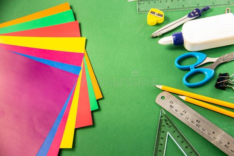 Briefpapier für Schule auf einem grünen Hintergrund stockbild