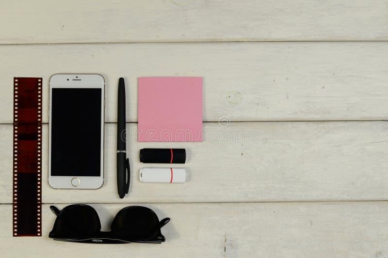 Briefpapier, Sonnenbrille, Telefon, Flash-Speicher-codierte Karte, Film lizenzfreies stockbild