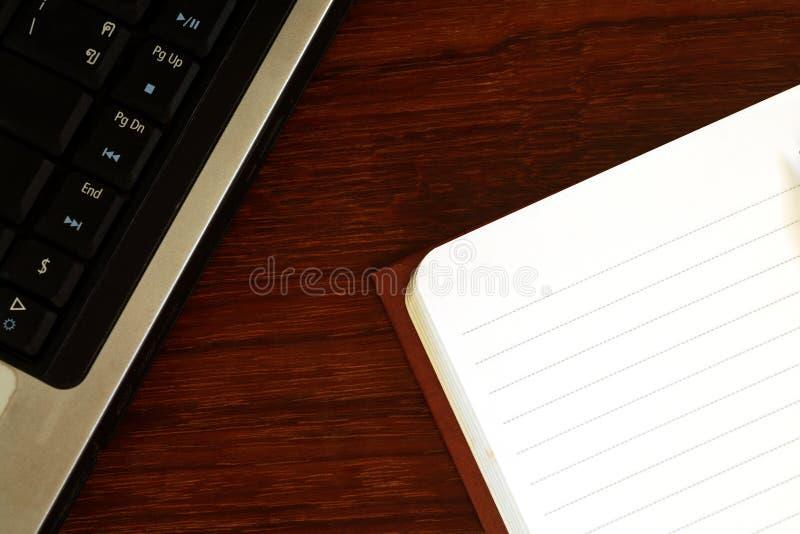 Briefpapier- und Computertastatur stockbild