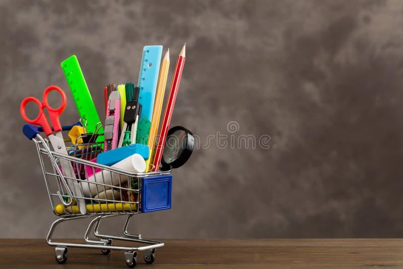 Briefpapiereinzelteile in der Einkaufslaufkatze an der linken Seite lizenzfreie stockfotografie