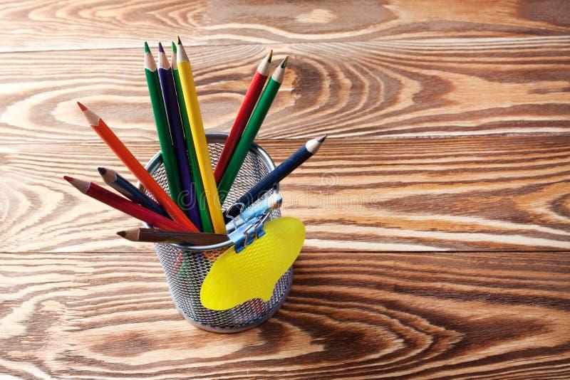 Briefpapierkasten mit Bleistiften und Karte lizenzfreie stockfotos