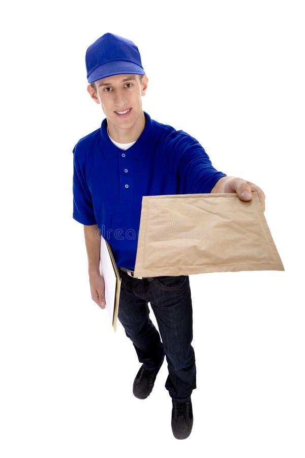Briefträger, der Post liefert lizenzfreie stockfotografie