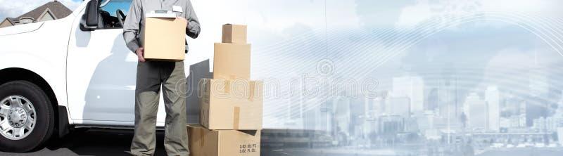 Briefträger mit Paketkasten stockbilder