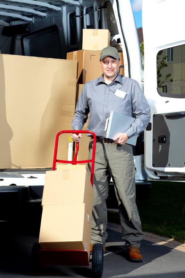 Briefträger mit Paketkasten stockfotografie