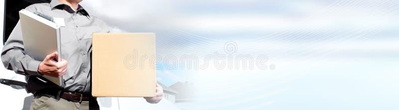 Briefträger mit Paketkasten stockfoto