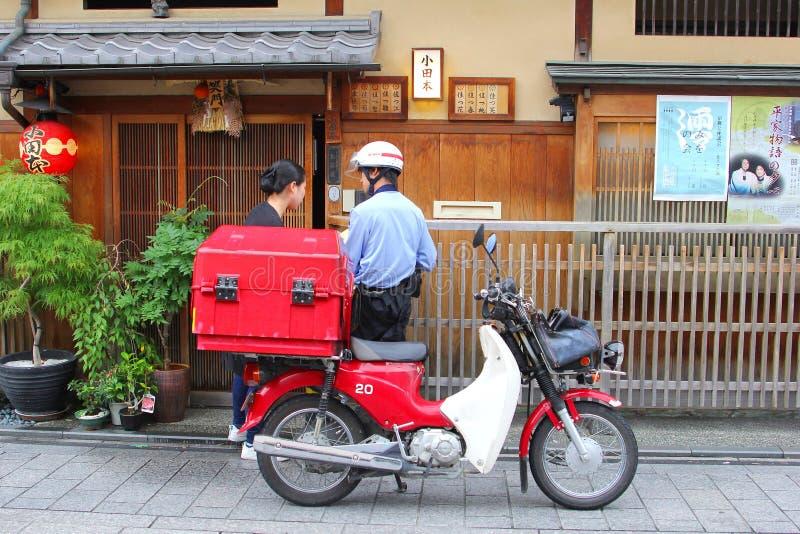 Briefträgerlieferungspostmotorrad-Weinlesestraße, Kyoto, Japan lizenzfreie stockfotos