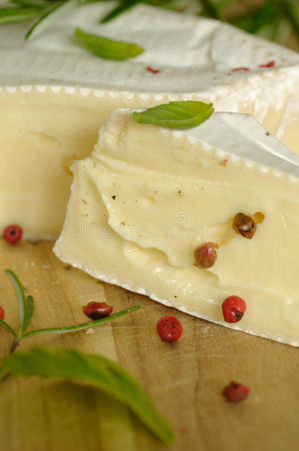 Briekäse mit Kräutern lizenzfreies stockfoto