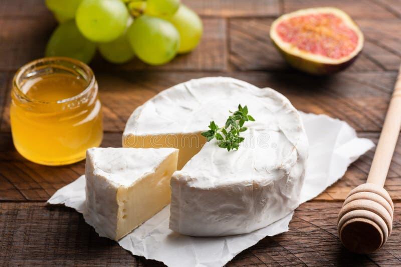 Briekäse- oder Camembertkäse lizenzfreie stockfotos