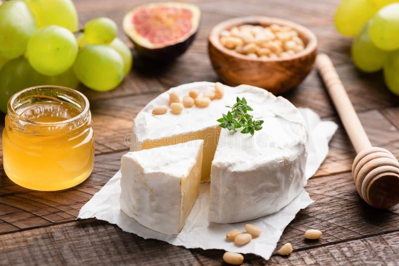 Briekäse- oder Camembertkäse stockfotografie