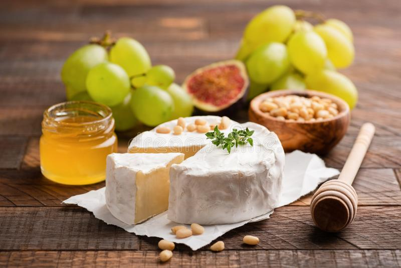 Briekäse- oder Camembertkäse mit Trauben, Honig, Feigen stockfotos