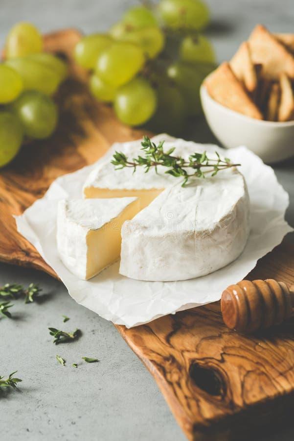 Briekäse- oder Camembertkäseplatte lizenzfreie stockfotos