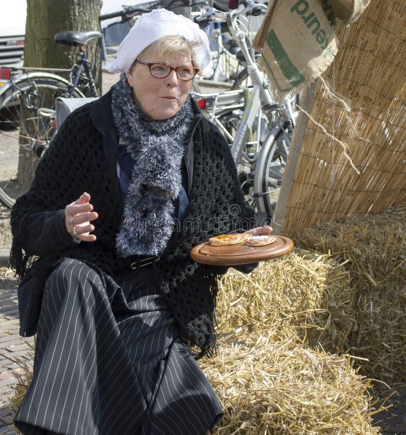 Download 吃在街道的妇女薄煎饼 编辑类照片. 图片 包括有 开会, 空白, 荷兰, 干草, 愉快, 牌照, 传统, 骑自行车的人 - 30338646