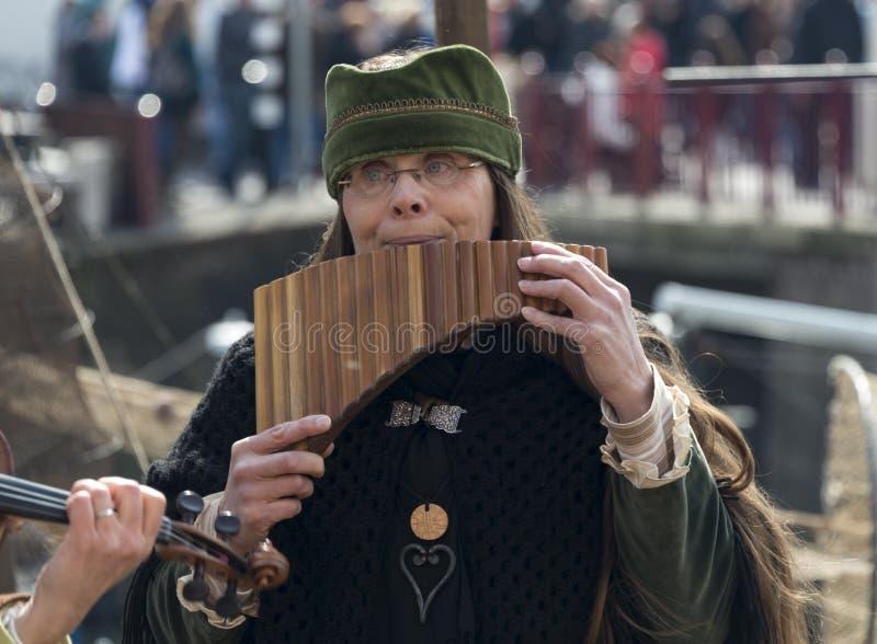 Kobieta bawić się panflute zdjęcia stock