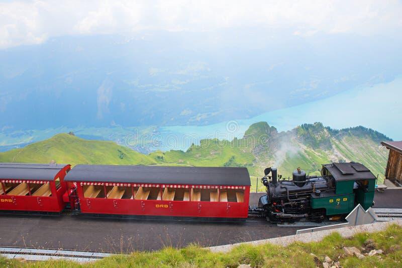 BRIENZER ROTHORN, BRIENZ/SCHWEIZ, 25 juli 2018: Tåghjul och utsikt till sjön Brienzersee, Berner alps arkivbild