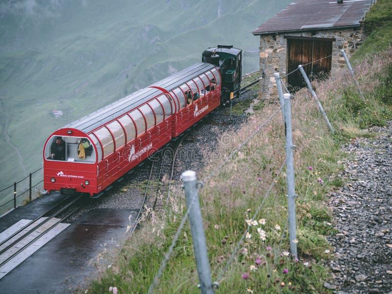 29 07 2018 brienzer rothorn - starego strumienia taborowy przyjeżdżać na brienzer rothorn w szwajcarskim alp zdjęcia stock