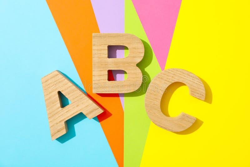 Brieven ABC met houten brieven wordt gevoerd die royalty-vrije stock afbeeldingen