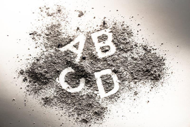 Brieven a, B, c, en D in grijs as, zand, vuiligheid of stof wordt geschreven dat stock afbeeldingen