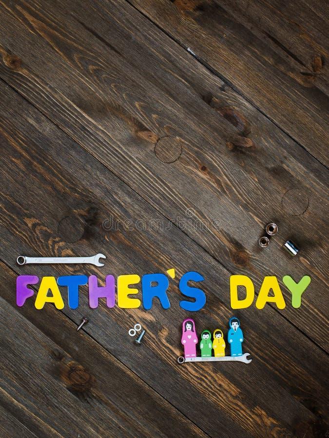 Brieven en hulpmiddelendag de als achtergrond van de houten vader stock afbeelding