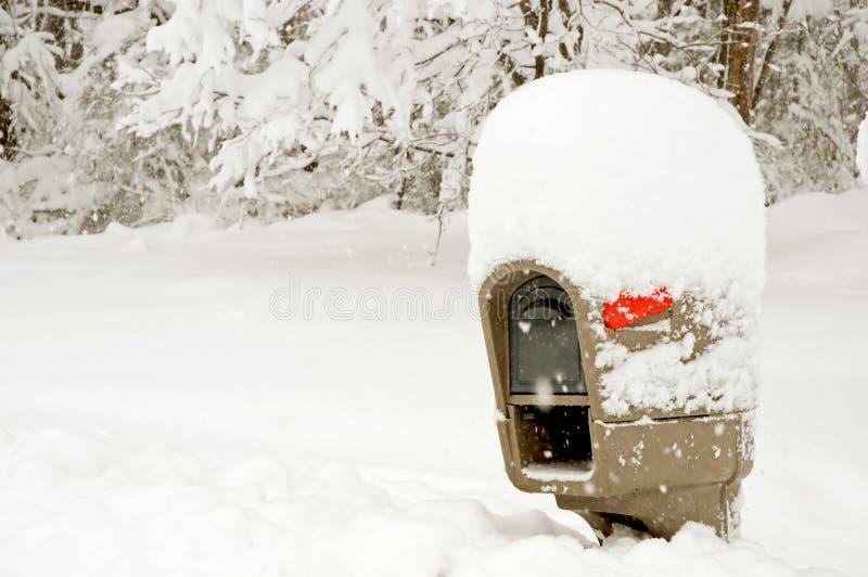 Brievenbus binnen met diepe sneeuw royalty-vrije stock afbeelding