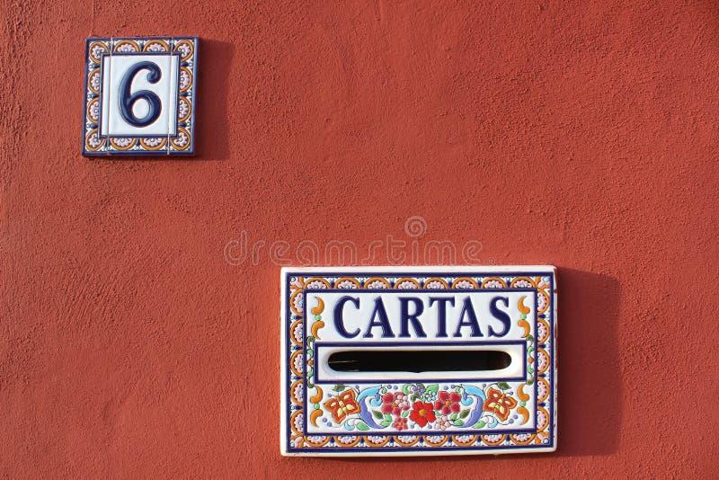 Brievenbus en huisnummerplaat in Spanje, kleurrijk rood wit blauw kleurenontwerp 6 zes stock foto